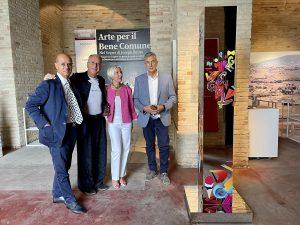 da sinistra Domenico Guzzini Lorenzo Marini Rita Soccio Antonio Bravi con la scultura di Marini donata alla Demapea nella mostra Arte per il Bene Comune